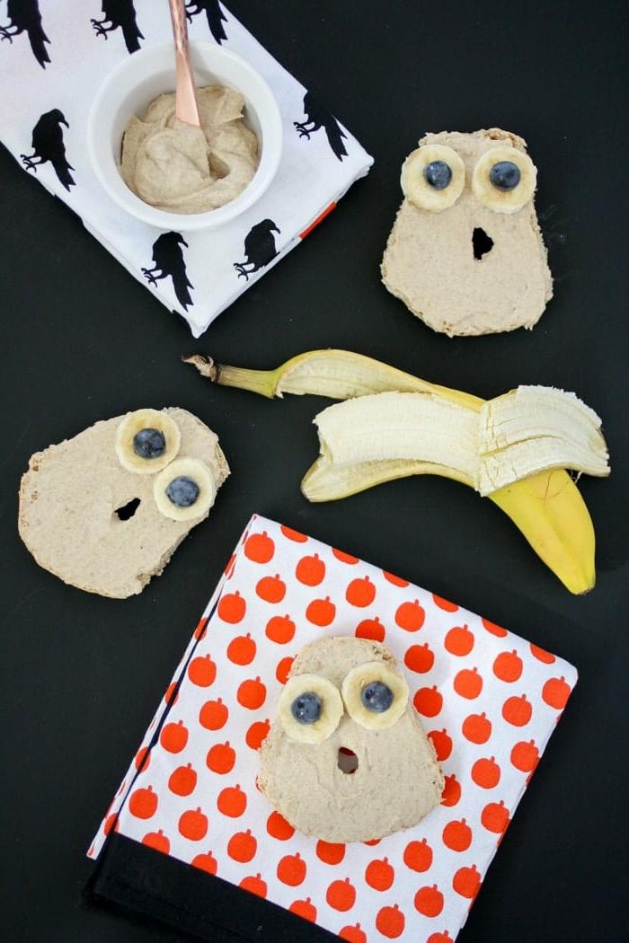 tostadas con manteca de maní, arándanos y plátanos, tostadas divertidas en forma de monstruos o búhos, fotos originales