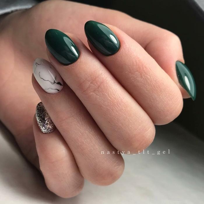 uñas de gel bonitas en colores modernos, forma almendrada de las uñas pintadas en verde oscuro, blanco y plateado