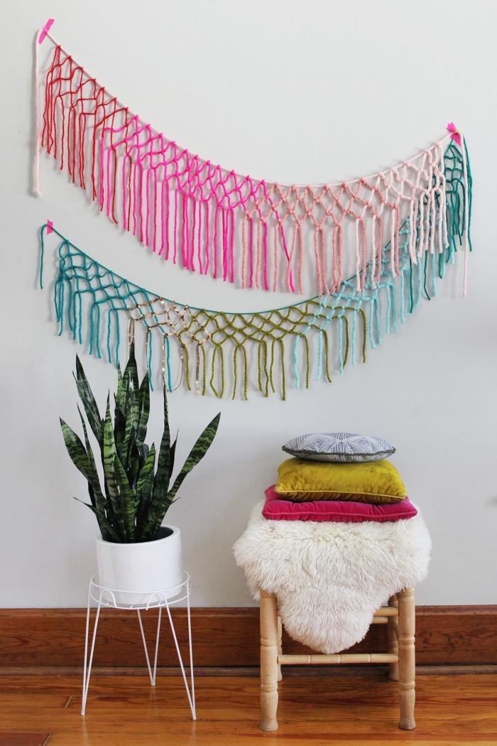 detalle macrame en colores en la pared, ideas de decoración salón originales en estilo boho chic, más de 130 propuestas