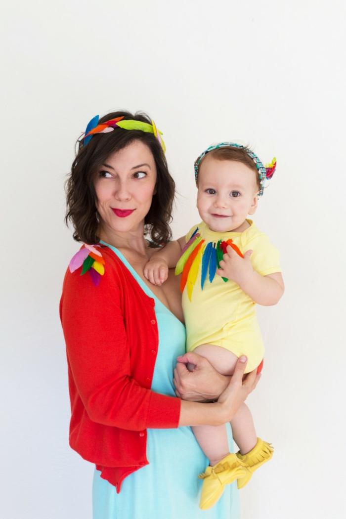 disfrace casero para madre y bebé, prendas en colores claros llamativos, decoración con plumas artificiales, fotos de trajes Halloween