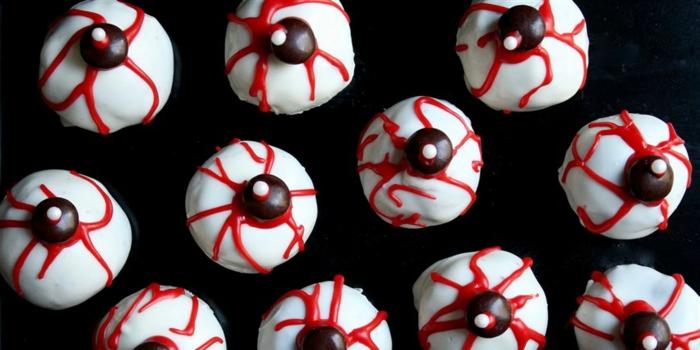mini caramelos de chocolate con cerezas y glaseado real, pintura comestibles en color rojo, terroríficas ideas de dulces de Halloween