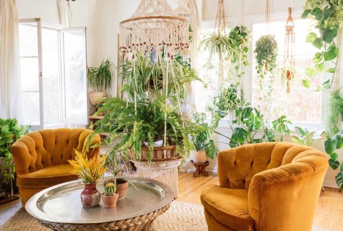 salón grande decorado en blanco con muebles en estilo vintage y muchas plantas verdes, ideas de decoración salón
