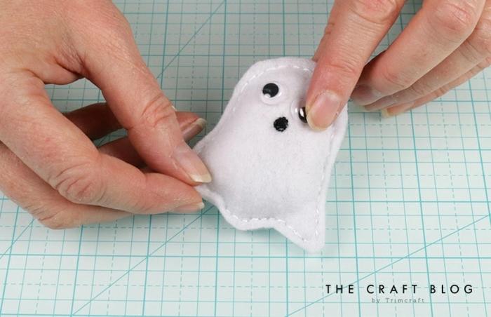 tutoriales de manualidades fáciles y rápidas para halloween, adornos halloween caseros para hacer en casa paso a paso