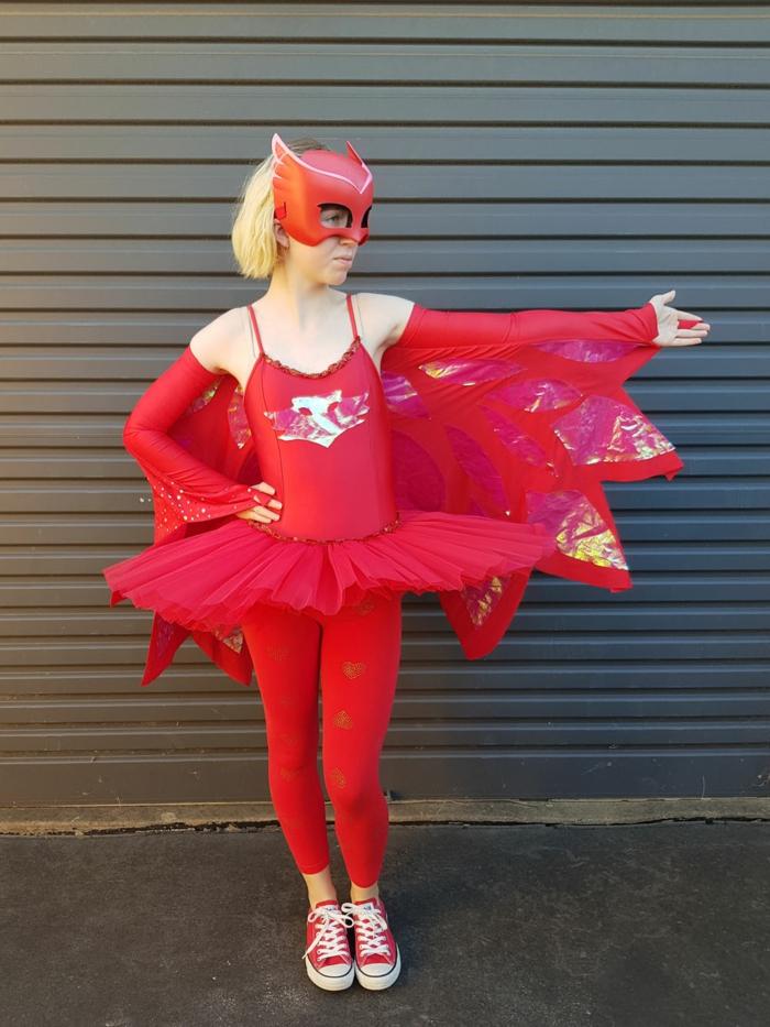 fotos de , disfraces originales mujer para Halloween, disfrace supperwoman en color rojo, máscara en el rostro, vestido rojo