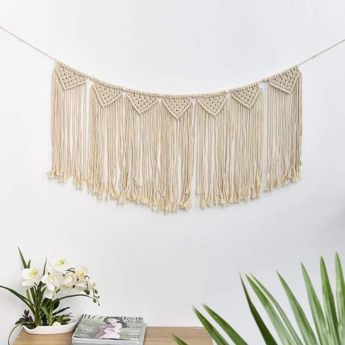 cortina macrame con mucho estilo colgada en la pared, decoración salón en colores claros y estilo bohemio, ideas para decorar la casa