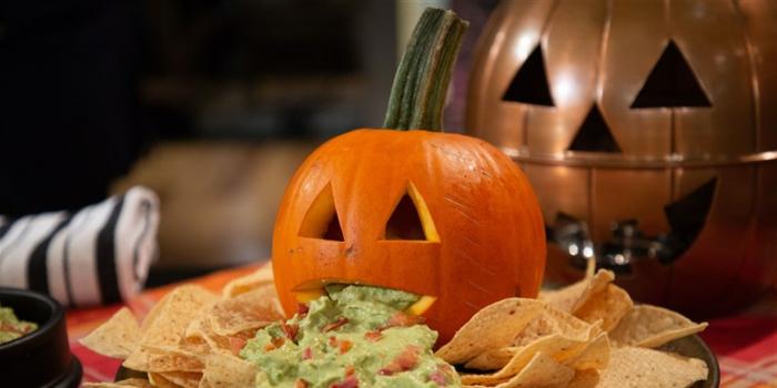 decoración casera de Halloween super original e ideas de recetas para Halloween fáciles y rápidas, guacamole con nachos