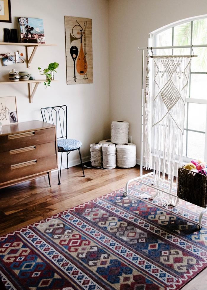 super bonitas ideas de cortinas de macrame, espacio decorado en blanco con detalles decorativos boho chic y alfombra ornamentada