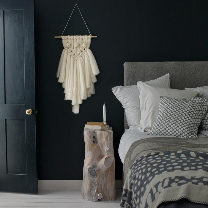 dormitorio acogedor decorado en blanco y azul, habitación decorada en azul oscruo con detalles decorativos de macrame