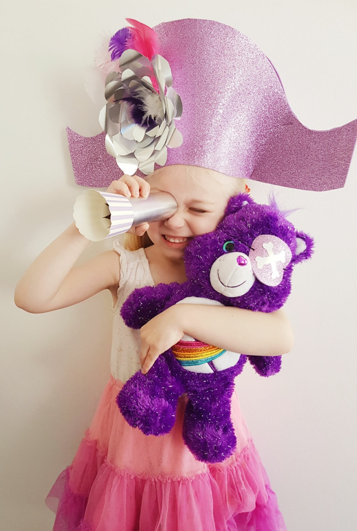 disfrace pirata niña, falda color rosado, sombrero de pirata de cartulina, fotos de disfraces caseros para niños y niñas