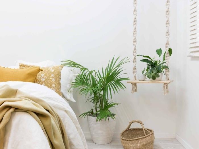 preciosa idea de decoración salón estilo bohemio, dormitorios decorado en blanco con colgante macrame DIY y plantas verdes