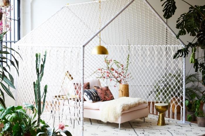 dormitorio decorado en blanco con muchas plantas verdes y preciosa decoración en estilo boho chic, ideas decoración dormitorio