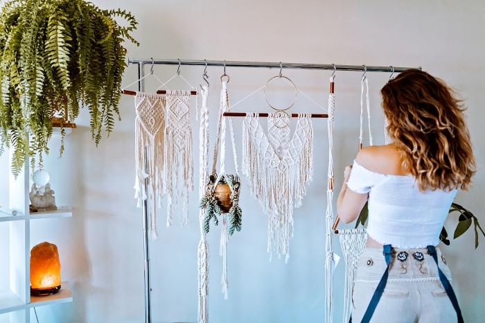 espacio decorado en blanco con muchos detalles decorativos, colgantes macrame y plantas verdes, ideas sobre como decorar la casa