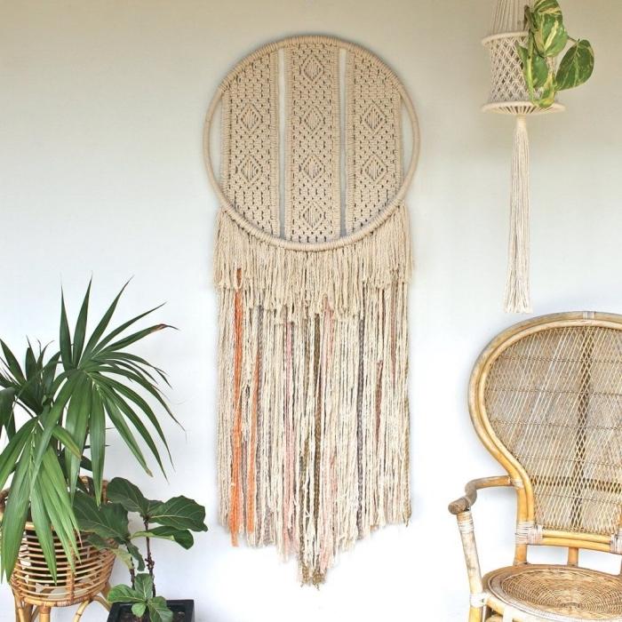 precioso detalle colgado en la pared hecho de macramé, macrame manualidades, espacio decorado en estilo boho chic