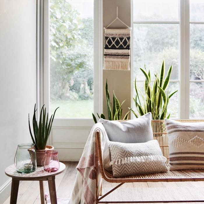 cómo decorar un salón en estilo bohemio, colores blanco y beige y plantas verdes en la decoración, muebles de madera y mimbre