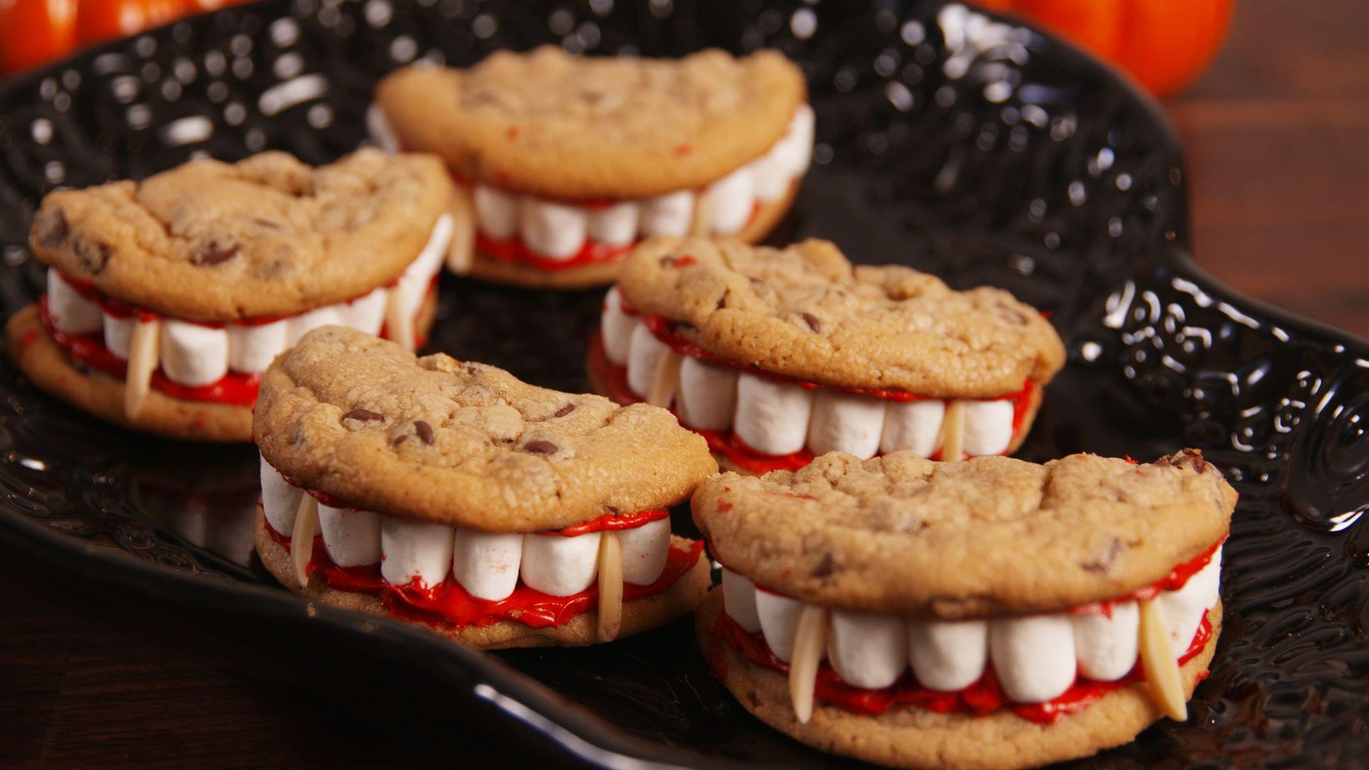galletas integrales con chocolate, marshmallow y pintura comestible, ideas de recetas terroríficas para un menu halloween cena