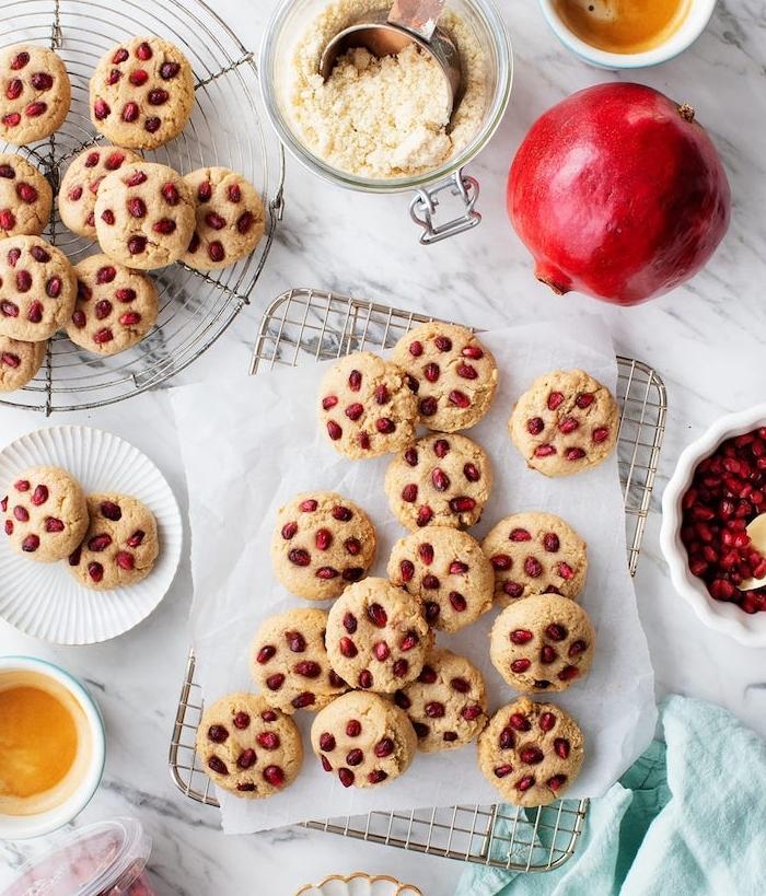 como hacer galletas saludables con coco y granada, ideas de galletas con frutas, ricas propuestas de galletas sanas