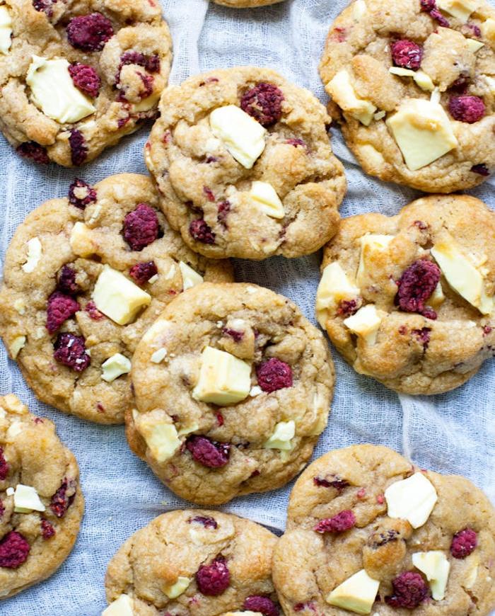 galletas de manteca con trozos de chocolate blanco y moras, galletas ricas con zarzamoras