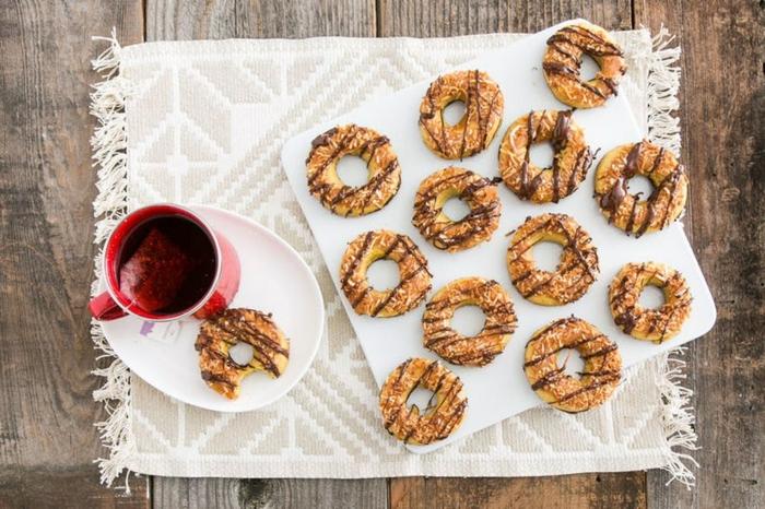 dulces y postres de Halloween originales, rosquillas ricas con chocolate derretido, ideas de recetas de otoño fáciles y rápidas