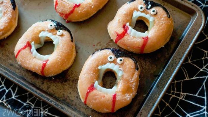 rosquillas decorados como vampiros, las mejores ideas de dulces y comidas para Halloween en 100 imágenes bonitas