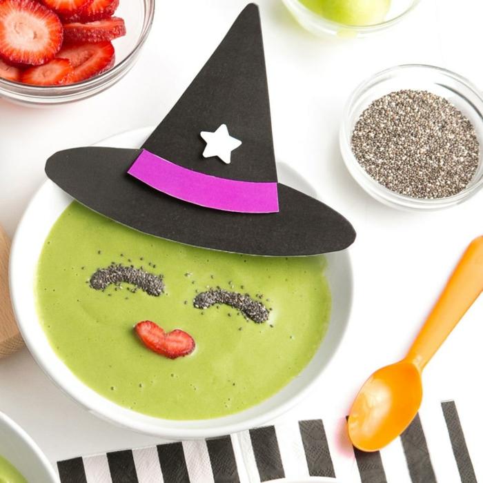 sopa verde de brócoli decorada con semillas de chía y fresas, decoración casera de Halloween y recetas ricas y originales