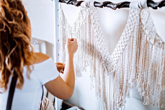 preciosa cortina macrame para decorar tu cama, cebecero de cama DIY hecho de nudos macramé, fotos decoración boho