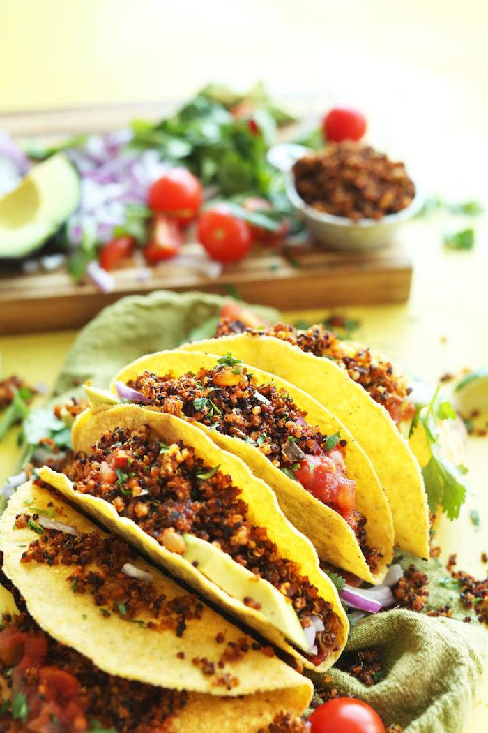 irresistibles propuestas de tacos mexicanos receta, taco vegetariano con quinoa, perejil fresco, tomates y aguacate
