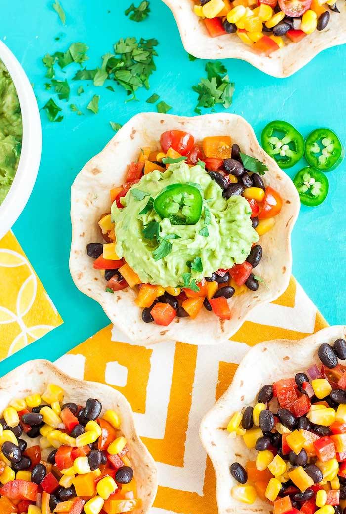 propuestas de recetas y tutoriales en fotos paso a paso, tortillas con judías negro, tomates, maiz y aguacate machacado