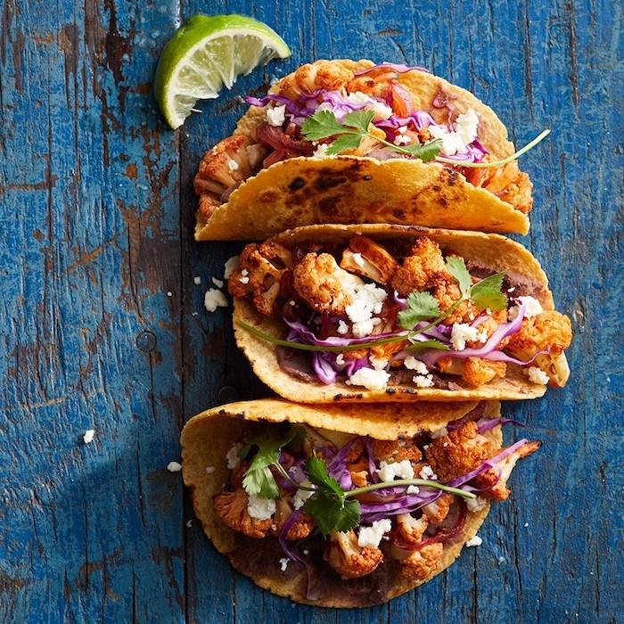 ideas de tacos saludables sin carne, tacos vegetariano, ejemplos de tacos sin carne, tacos con coliflor y verduras