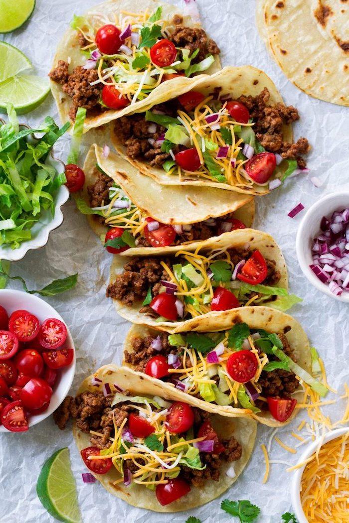 carne picada, queso chedder rallado, tomates cereza, lechuga fresca, cebolla roja y queso rallado, ideas sobre como hacer tacos