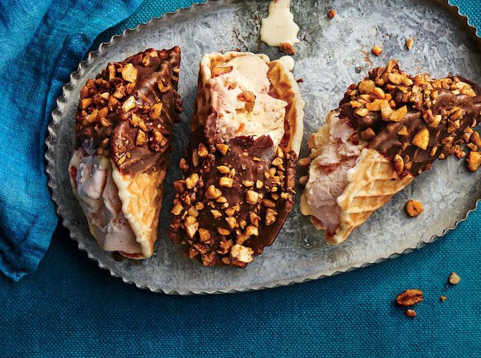 fotos de postres en forma de tacos, gofres con helado de cacahuetes, chocolate y nueces, originales ideas de postres