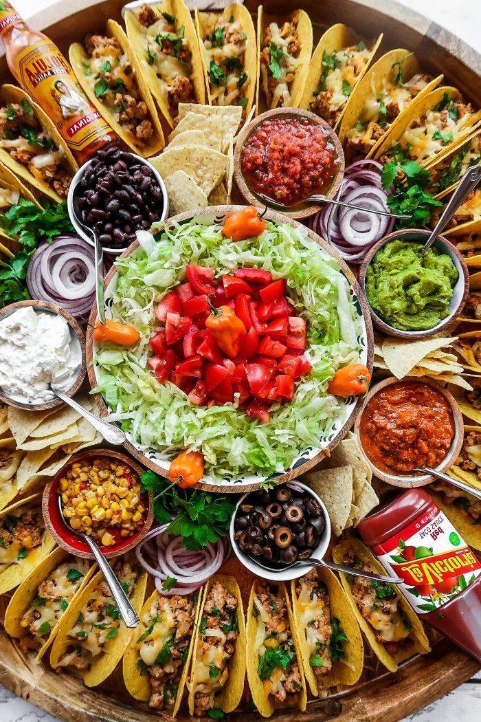plato con tacos para una merienda con amigos, ideas de aperitivos y entrantes rápidos y fáciles, comidas para compartir