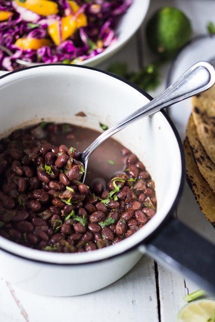 frijoles negros cocidos en cacerola con perejil fresco, taco mexicano receta original, las mejores ideas de recetas con frijoles