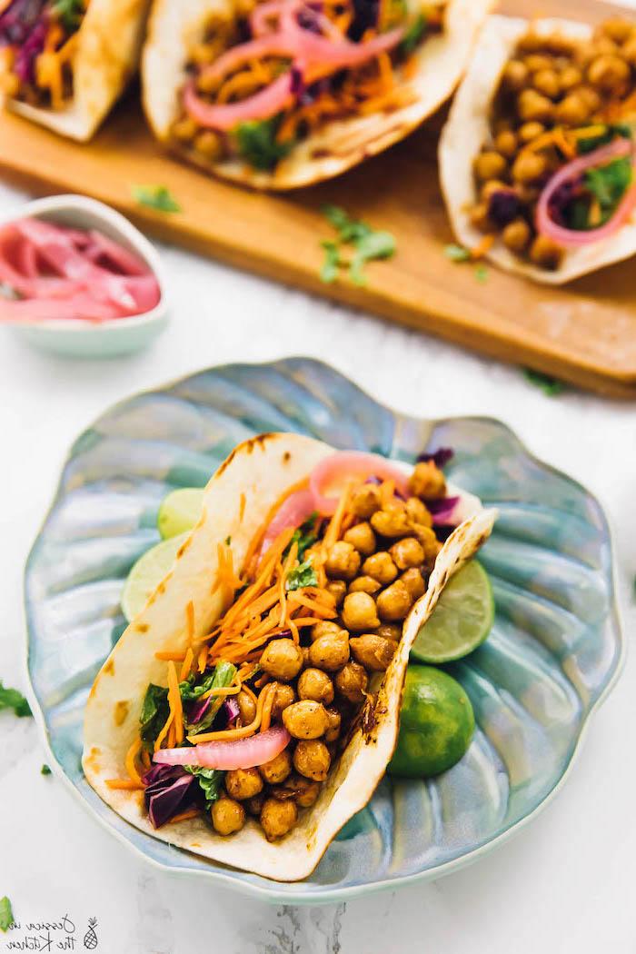 el mejor taco mexicano vegetariano que hayas probado, taco con garbanzos a la sartén, zanahorias rallados, cebolla roja y jugo de lima