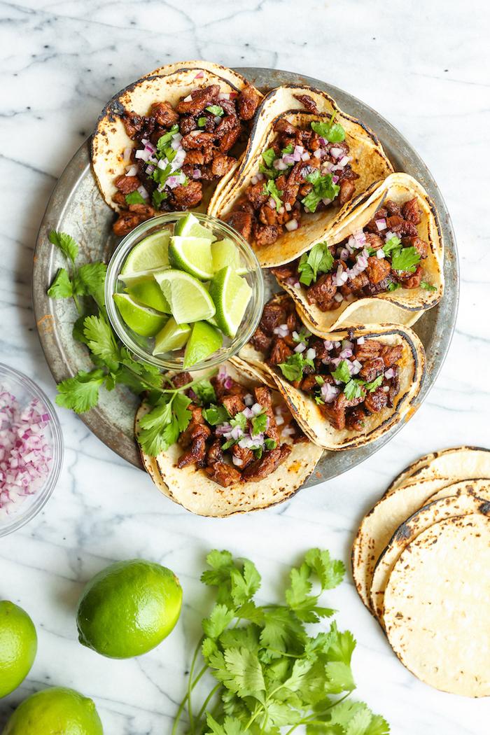 mini tacos ricos y fáciles de hacer, tacos con carne de ternera, lima, cebolla roja y perejil, fotos de tacos fáciles de hacer