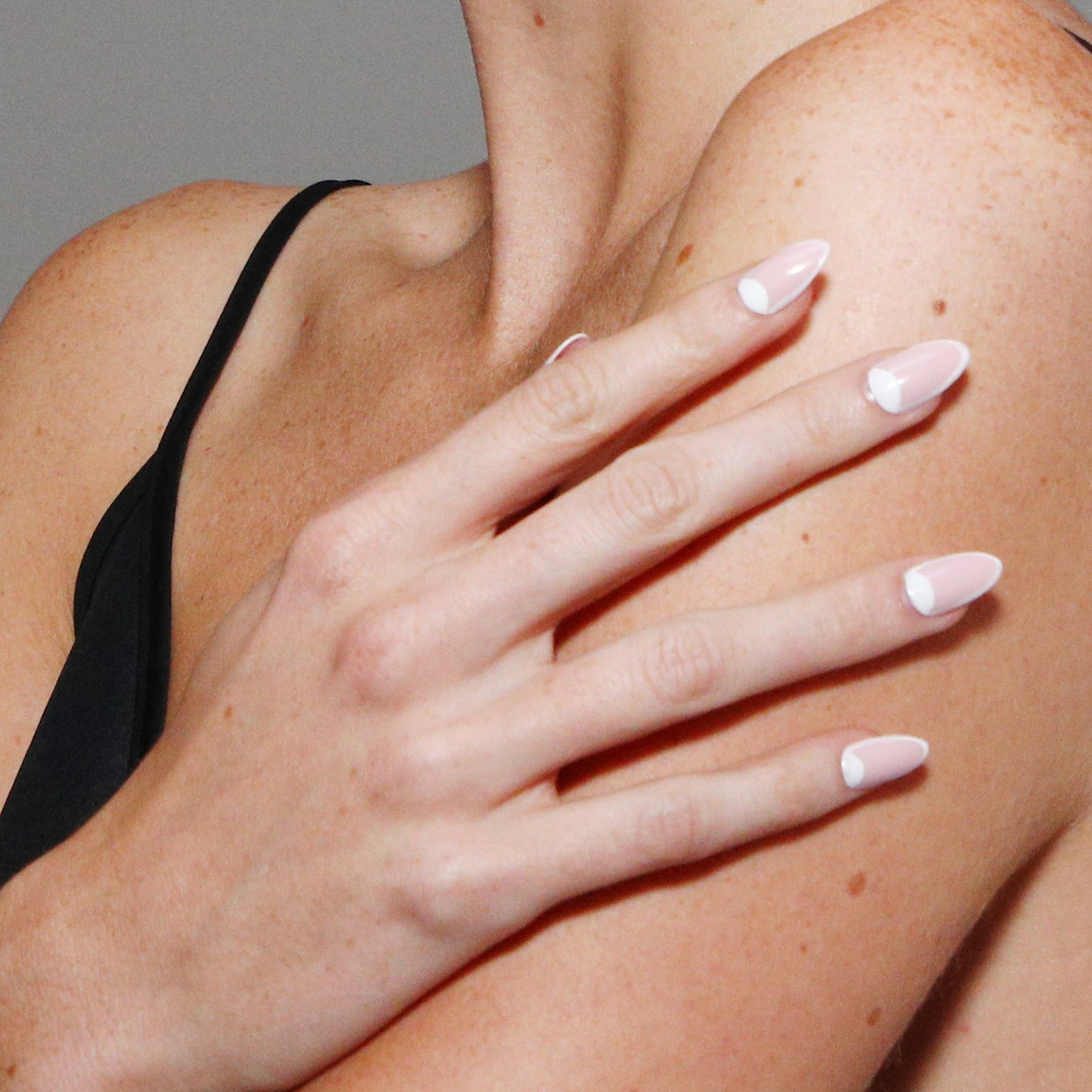 precioso manicura, bonitas tendencias en las uñas, uñas largas francesas con media luna, diseños de uñas bonitos