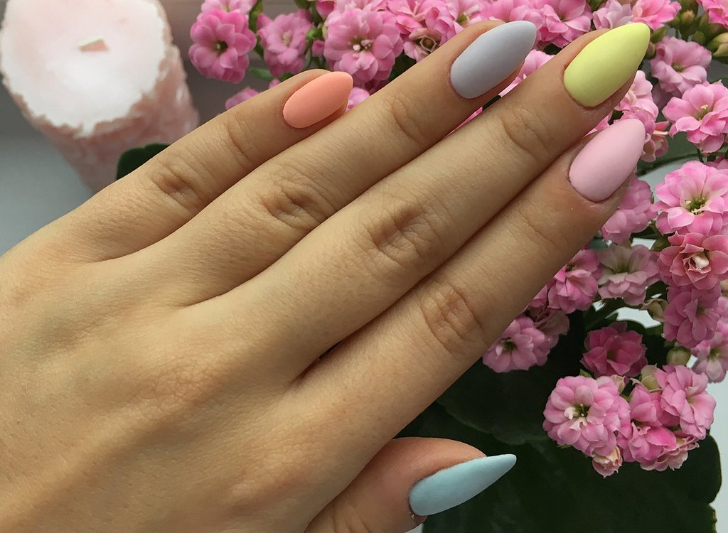 tendencias en uñas 2020, pintar cada uñas con un color pastel diferente, uñas largas acabado mate, fotos de uñas de gel