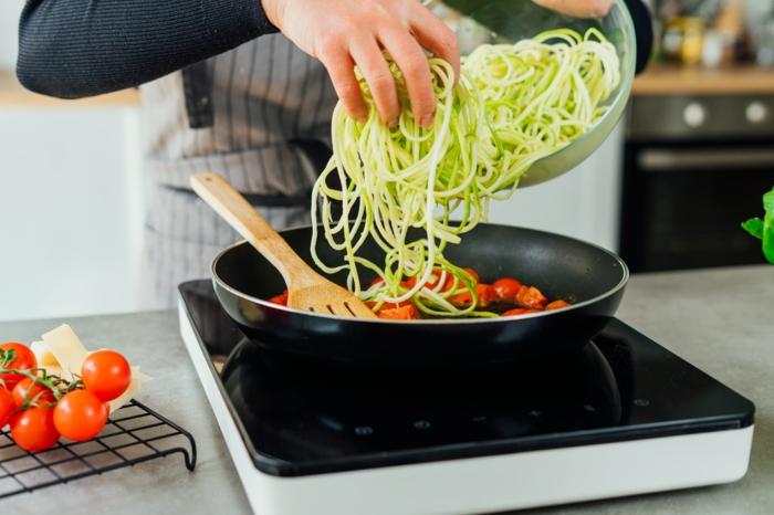 añadir los zoodles de calabacin en la sarten, ideas de recetas saludables paso a paso, como preparar espaguetis recetas
