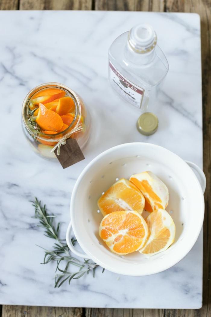 ingredientes naturales para hacer un ambientador casero, naranja, romero, alcohol, ambientadores con esencias naturales