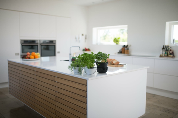 fotos de cocinas con barra modernas y funcionales, grande barra en la mitad de la cocina, decoración de cocinas blancas