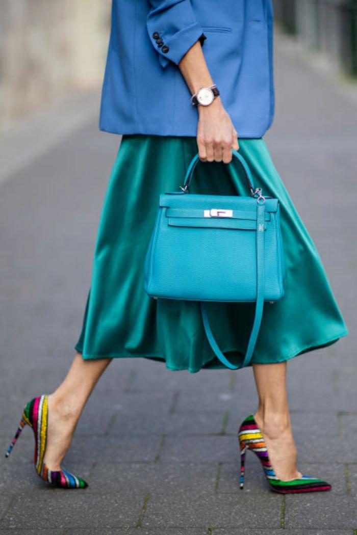 las mejores ideas sobre cómo combinar colores, falda midi en color aguamarina y chaqueta en color turquesa, tacones coloridos
