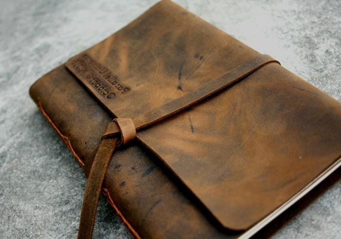 ideas sobre que regalar a tu novio por su cumpleños, cuaderno con tapa de cuero, ideas de regalos vintage