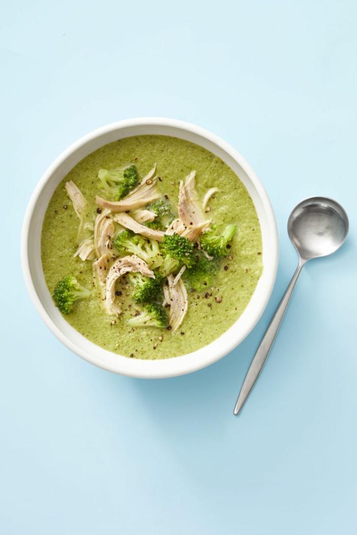 fotos con ideas de cenas ligeras, sopa de brocoli y pollo, cenas fáciles y rápidas para perder peso, recetas de pollo caseras
