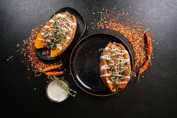 fotos con ideas de cenas rapidas y faciles, batatas rellenas con chile, quinoa y salsa de mayonesa, ideas para recetas