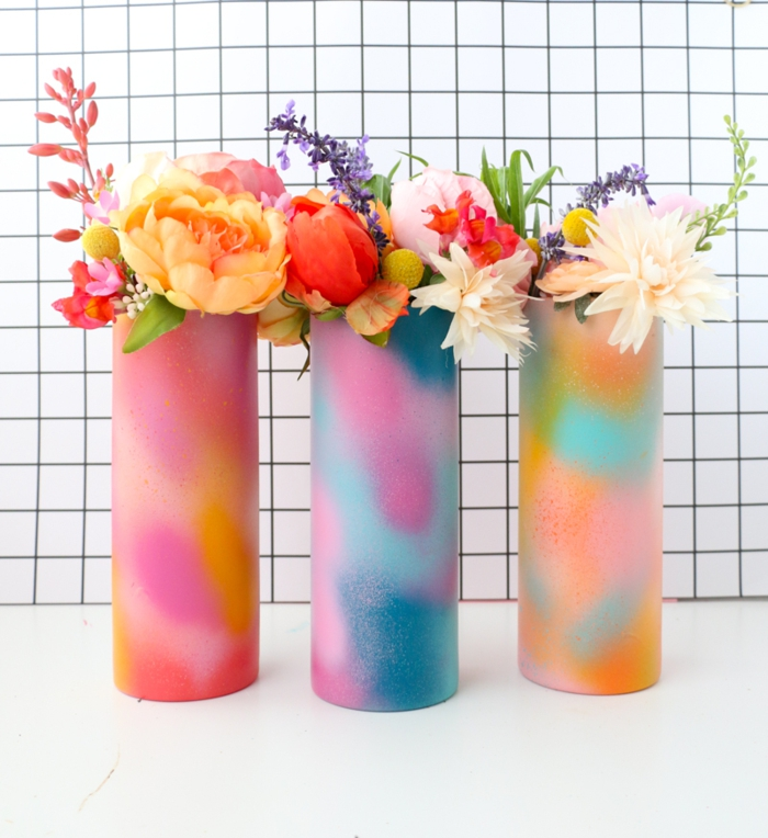 floreros DIY coloridos y fáciles de hacer en casa, floreros pintados en diferentes colores vibrantes, regalos caseros bonitos