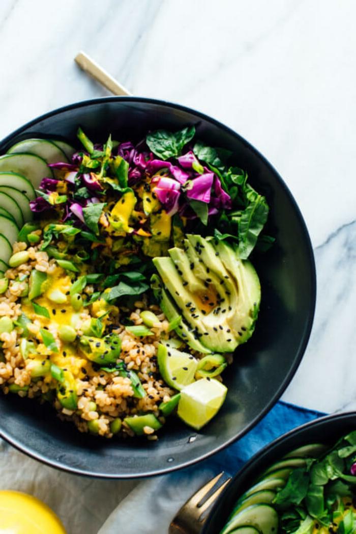 ensalada vitaminosa con vegetales, quinoa, semillas de chia y calabacines, ideas de ensaladas para cenar