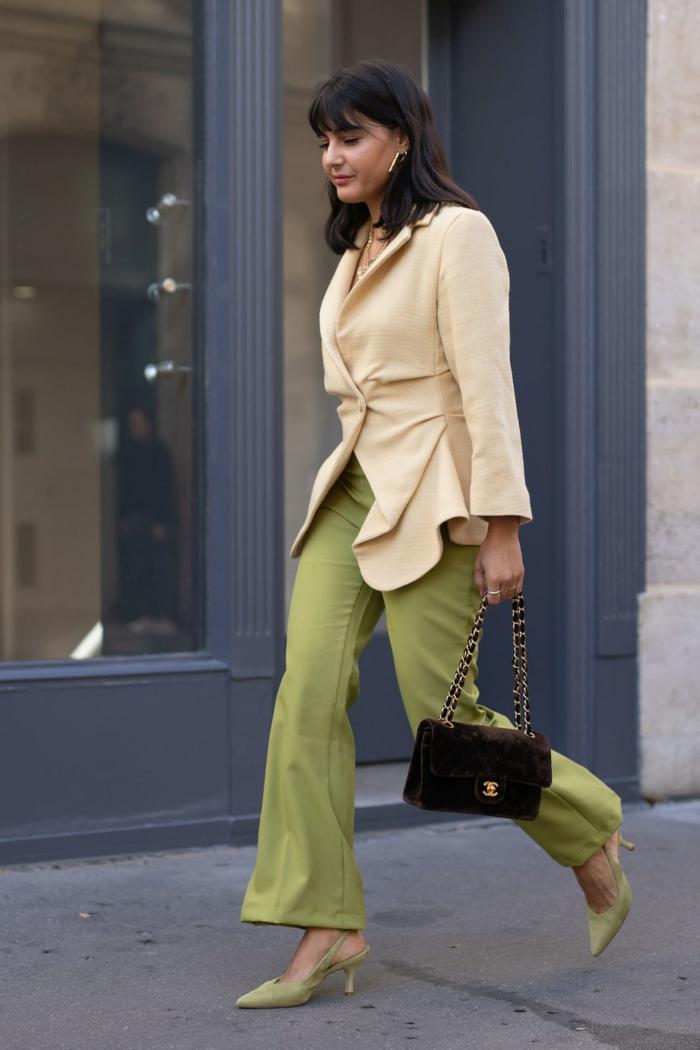 combinaciones de colores para lucir con un look impecable, outift moderno, pantalones en color verde claro y chaqueta elegante en beige