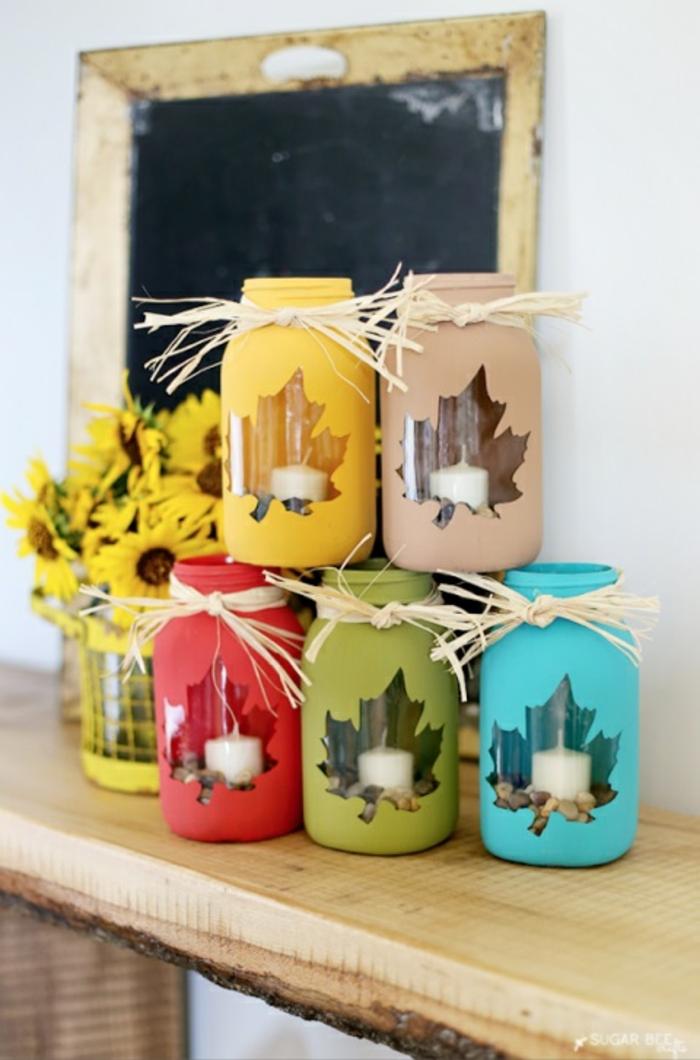 decoración colorida para el otoño, centro de mesa DIY con frascos decorados en los colores del otoño