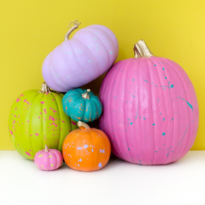 coloridas y frescas ideas de decoración Halloween, calabazas artificiales pintadas en colores vibrantes