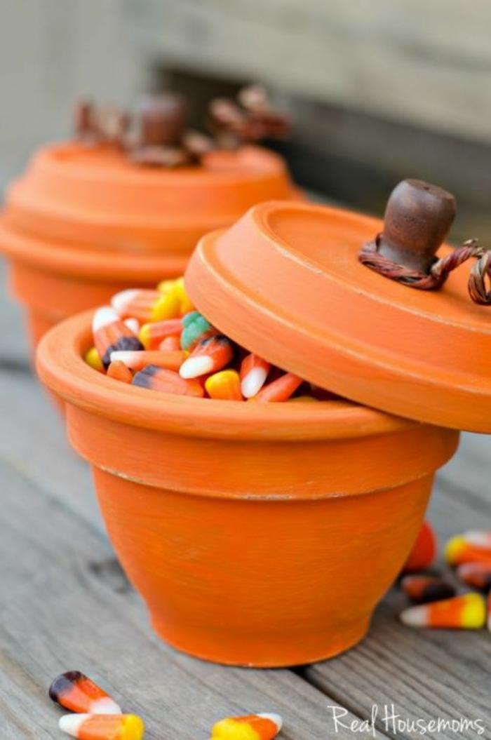 simpáticas ideas de manualidades otoño, macetas llenas de dulces y golosinas, ideas sobre decoración para una fiesta de Halloween