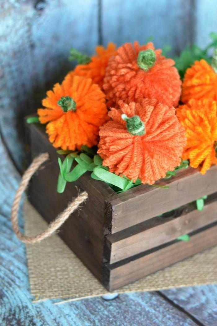fotos de manualidades originales y fáciles de hacer para decorar tu hogar en otoño, calabazas de hilo coloridas